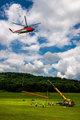 Кран Grove TMS500-2 помогает вертолету установить антенну на радиовышку